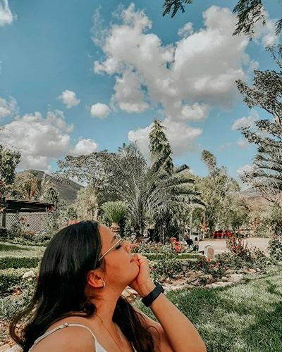 Descripción de la foto para personas con discapacidad visual- Mujer de perfil con un jardín de fondo en el departamento de Jutiapa. - Crédito de foto - @alegf_04 - Instagram