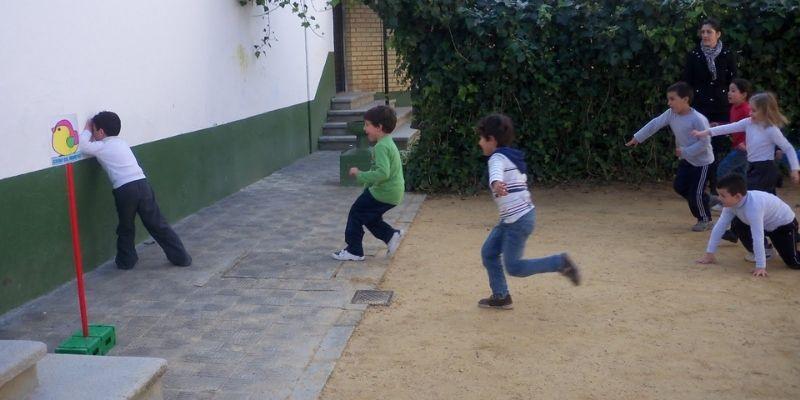 Descripción de la foto para personas con discapacidad visual - Niño viendo hacia la pared, mientras que otros corren hacia él. - Crédito de foto - Enjugascado 2016