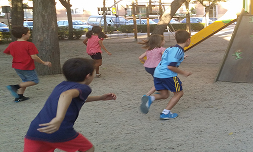 Descripción de la foto para personas con discapacidad visual - Niños en un parque jugando tenta. - Crédito de foto - Juegos tradicionales