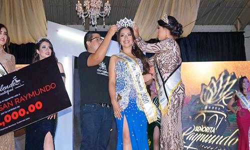 Descripción de la foto para personas con discapacidad visual - Personas colocándole una corona a una reina para dar inicio a la feria de San Raymundo. - Crédito de foto - La Prensa de Guatemala