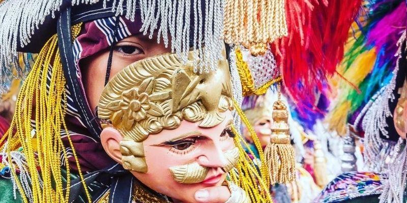 Descripción de la foto para personas con discapacidad visual - Personas quitándose la máscara de los moros para ver directo a la cámara. - Crédito de foto - GuatemalaPhotoStock