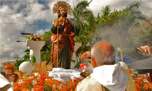 Descripción de la foto para personas con discapacidad visual - Sacerdote bendiciéndo el anda de Santiago Apóstol, patrono de Esquipulas. - Crédito de foto - Esquipilas