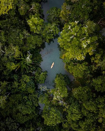 Descripción de la foto para personas con discapacidad visual - Vista aérea de Río Dulce, en Izabal. - Crédito de foto - @followthesuntravel - Instagram