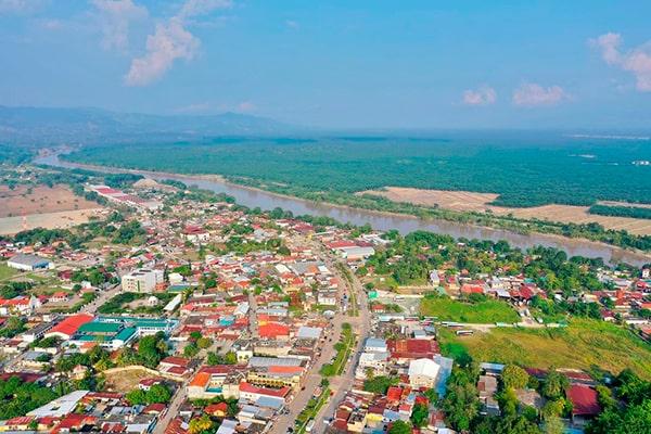 Descripción de la foto para personas con discapacidad visual - Vista aérea del pueblo de Morales, Izabal. - Crédito de foto - @ineo24 - Instagram