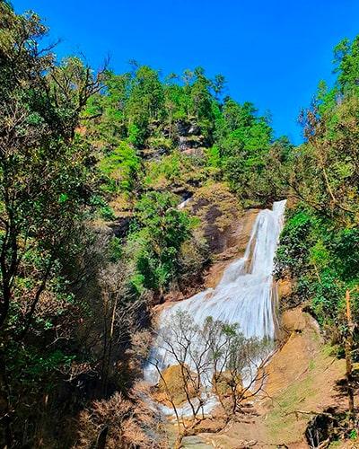 Descripción de la foto para personas con discapacidad visual- Vista de una cascada ubicada en los bosques de Quiché. - Crédito de foto - @luvegoz - Instagram