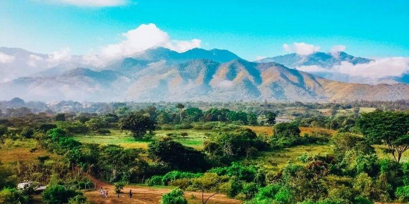 Descripción de la foto para personas con discapacidad visual- Vista del departamento de Baja Verapaz, lleno de montañas, árboles y bosque. - Crédito de foto - @cesarisnotlost - Instagram