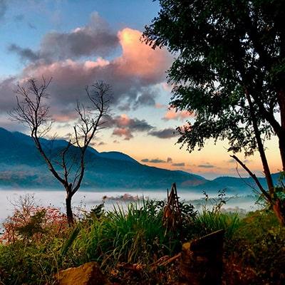 Descripción de la foto para personas con discapacidad visual- Vista del paisaje, montañas, cielo, y árboles, en el departamento de Santa Rosa.  - Crédito de foto - @elvizconde - Instagram