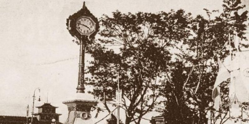 Descripción de la foto para personas con discapacidad visual: reloj del centenario colocado en la antigua plaza de armas. (Crédito de foto: Museo de Historia Natural)