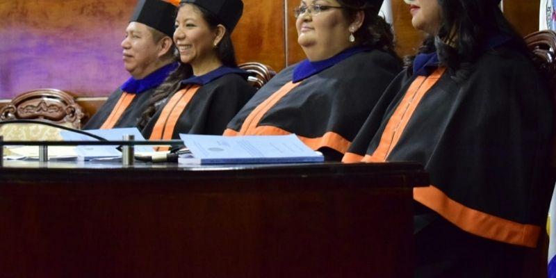 ¿Qué significan los colores de la toga universitaria en Guatemala?